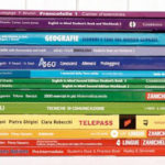 Libri scolastici usati impilati per vendita
