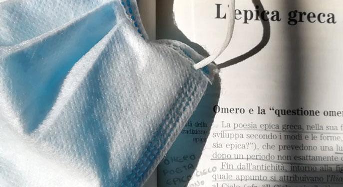Libro usato di epica greca e mascherina per la protezione dal virus covid19
